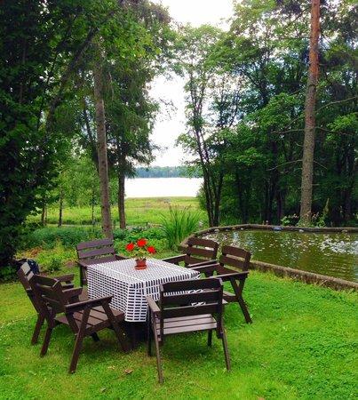Alvar Aalto´s Villa Kokkonen : Back yard at Villa Kokkonen overlooking lake