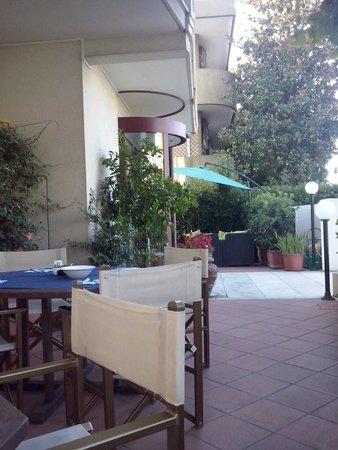 Tavoli esterni per la colazione - Foto di Hotel Arcangelo, Rimini ...