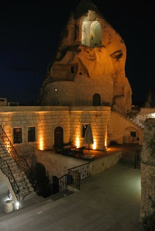 Cappadocia Cave Suites: Hotel courtyard at night