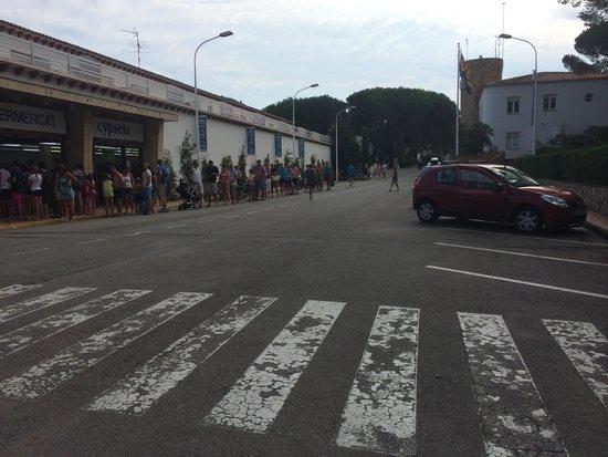 Camping Sandaya Cypsela Resort : La queue le matin pour la boulangerie