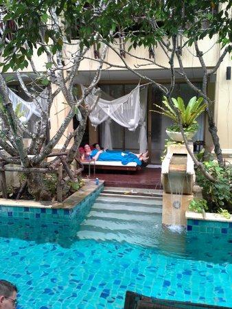 Burasari Resort : day bed pool room