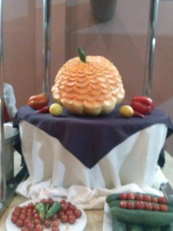 Marrakech Ryads Parc & Spa : La décoration avec des fruits dans la salle à manger