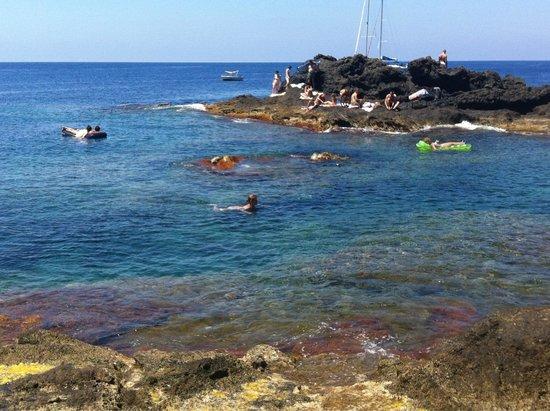Ustica: Mare vicino al Faro
