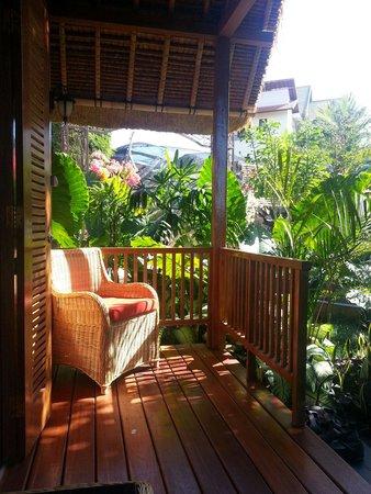 S Resorts Hidden Valley Bali : Terrasse du traditionnal cottage