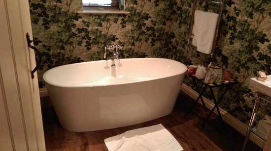 The Hare and Hounds Hotel: The bath tub in the Gamekeepers Suite - complete with TV