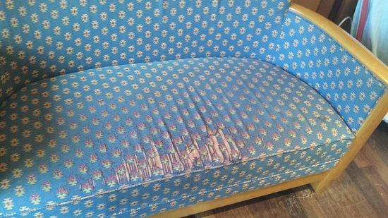 Novotel Biarritz Anglet : in de lounge staan tot op de draad toe versleten stoelen.