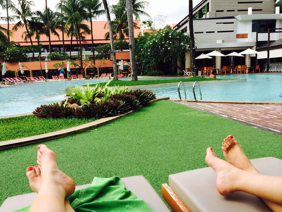 Patong Beach Hotel: Relaxing poolside