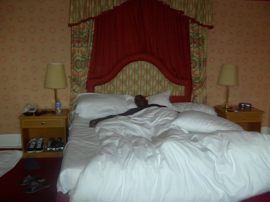 Peebles, UK: Huge room/bed! Xx