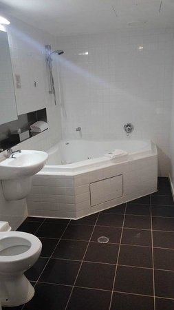 Punthill Little Bourke: Bathroom with two person corner spa (1 bedroom spa)