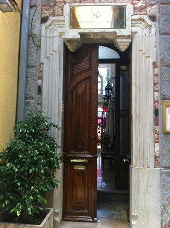 Palacete Chafariz D'El Rei: the entrance door
