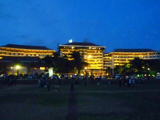 Taj Samudra Colombo: View of hotel from the beach