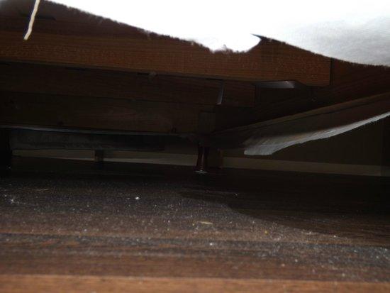 Belem Hotel: Ménage non fait sous le lit