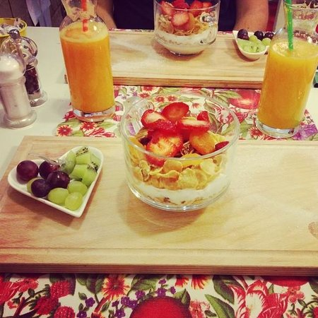 Cook Point Boutique Restaurant: Musli, yaourt, fruits secs et fruits frais, jus d'orange pressé