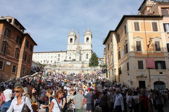 Place d'Espagne (Piazza di Spagna) : A bit more to show the crowds