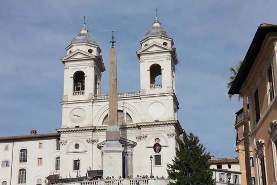 Place d'Espagne (Piazza di Spagna) : The church at top
