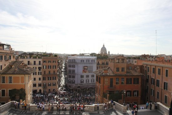 Place d'Espagne (Piazza di Spagna) : Looking back down & straight ahead are some high end shops