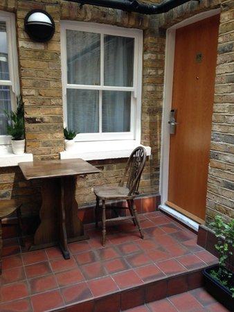Days Inn London Hyde Park: enterance to groundfloor room from courtyard