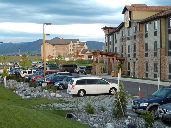 My Place Hotel-Bozeman, MT: The view of the motel from the West lawn.