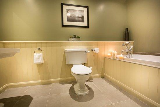 Cameron House Lodges : Master Bathroom - 2 Bedroom Lodge