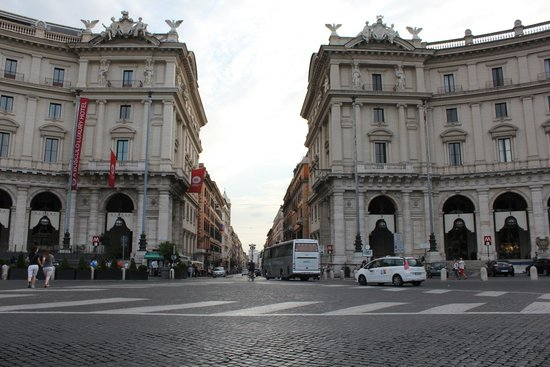 Piazza della Repubblica : Looking back down the main road