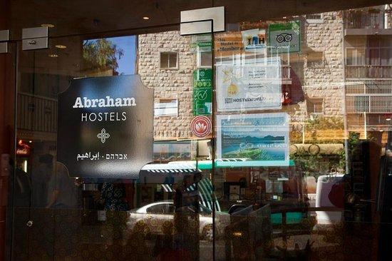 Abraham Hostel Jerusalem: at the entrance to the hostel