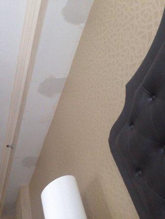 Lenox Hotel : Dalla camera 708... Stucchi e pareti non rifinite. Non è accettabile