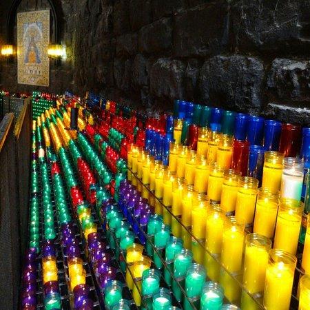 Montserrat Monastery : Kaarsjes in de kapel naast de kerk