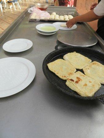 Hotel Farah Marrakech: Marokkaanse pannenkoekjes bij ontbijt