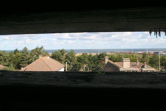 Le Grand Bunker Musee du Mur de l'Atlantique : zicht vanuit de bunker op de kust. Tijdens de oorlog was het een vlakte