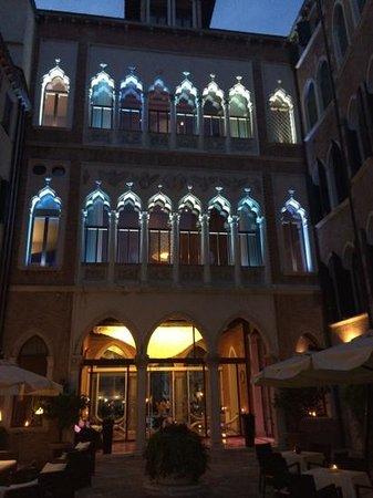 SINA Centurion Palace: Entree principale de nuit