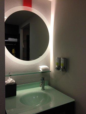 Hotel FIVE - A Staypineapple Hotel: バスルーム