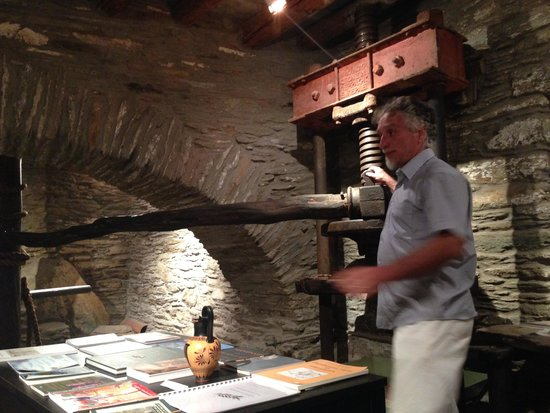 Cyclades Olive Museum : The director explaining the secrets of the Oil Press