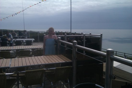 Ladram Bay Holiday Park: Outdoor eating area at Pebbles Restaurant with views.