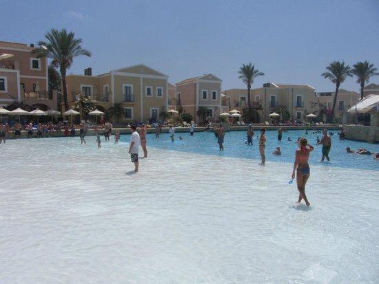 Aliathon Holiday Village: Pool Cricket!