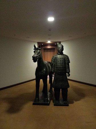 Sofitel Berlin Kurfürstendamm: Interesting sculptures around the hotel