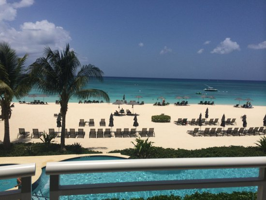 Beachcomber Grand Cayman: Beach front view