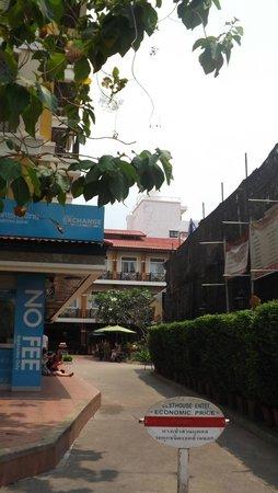 Rambuttri Village Inn & Plaza: Отель днем