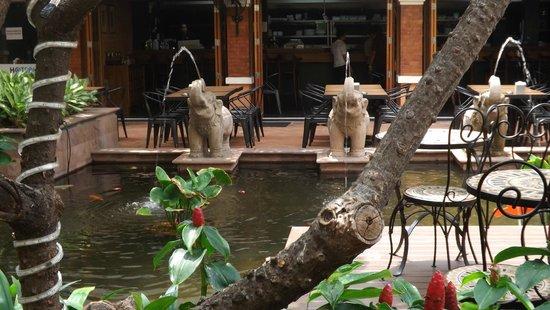 Rambuttri Village Inn & Plaza: Дворик отеля