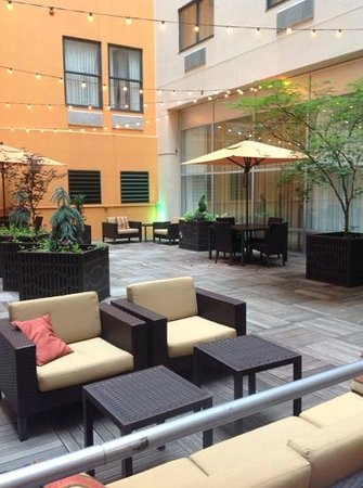 Courtyard Pittsburgh Downtown: courtyard at the Courtyard with Grill!