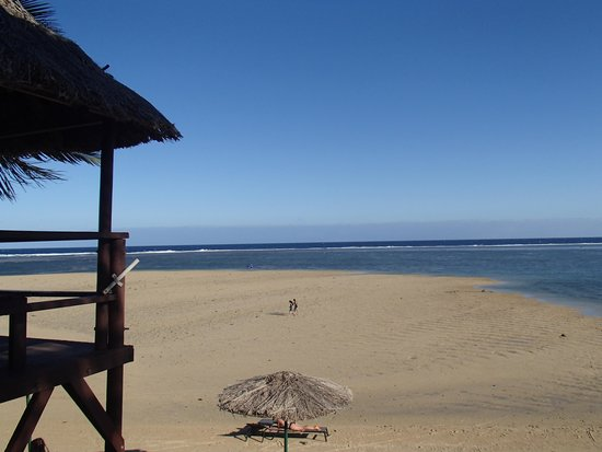 Outrigger Fiji Beach Resort: The beach