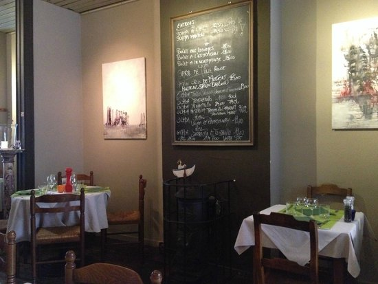 Le Correge: The dishes (and vines) are written on a board