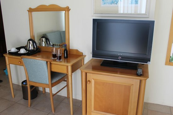 Grand Hotel Gozo: Tv and mirror table