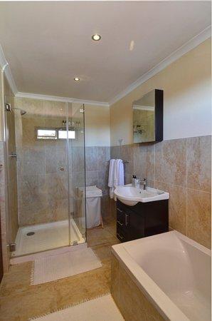 Sundown Manor: Deluxe Room 1 Bathroom