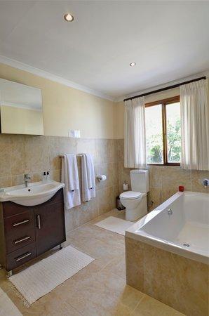 Sundown Manor: Deluxe Room 3 Bathroom