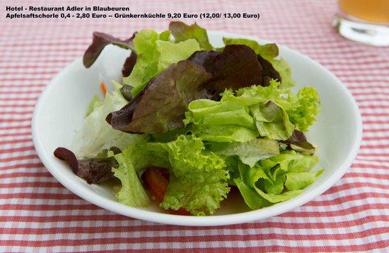 Hotel Restaurant Adler: Salat als Beilage zu den Grünkernküchle und Bratkartoffeln
