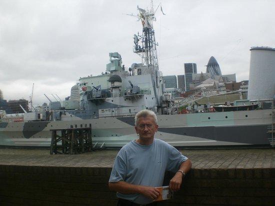 HMS Belfast: Z krążownikiem w tle