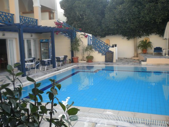 Santellini Boutique Hotel: Pool and outside breakfast area