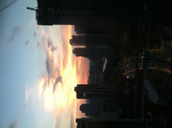 Renaissance Kuala Lumpur Hotel: Sunset in the city