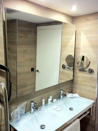 Aparthotel Playa de Muro Suites: Badezimmer mit zwei Waschbecken