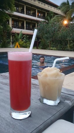 Angkor Heritage Boutique Hotel: Cocktails by the pool